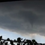 """""""Un tornado golpea dos barrios de Tokio"""", Aporte de María Elena"""