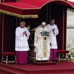 """El Papa exhibe los restos de """"Pedro""""."""