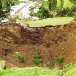 Pueblo de Perú en peligro de ser tragado por enorme cráter.