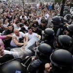 Inmensa ola de migrantes irrumpe en frontera de Macedonia.