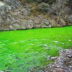 Río Valira que cruza Andorra y Cataluña, España. de color Verde fosforescente.Ciencia avanzando